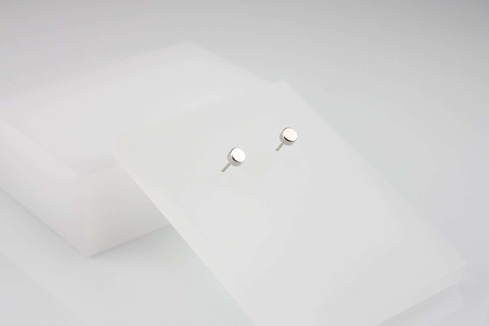 Kyō earrings dots 5 / rhodium-plated